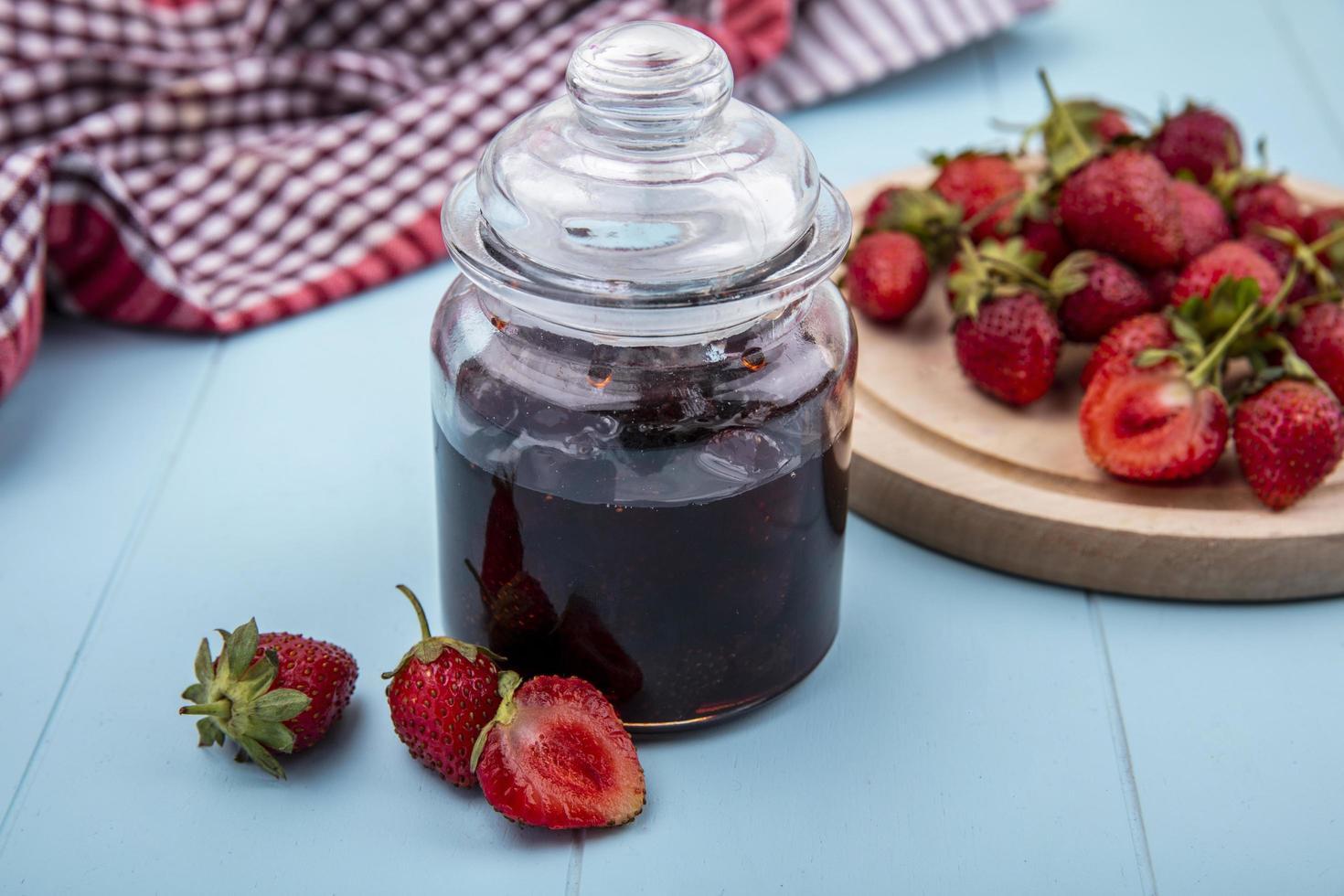 fraises et confiture sur fond bleu photo