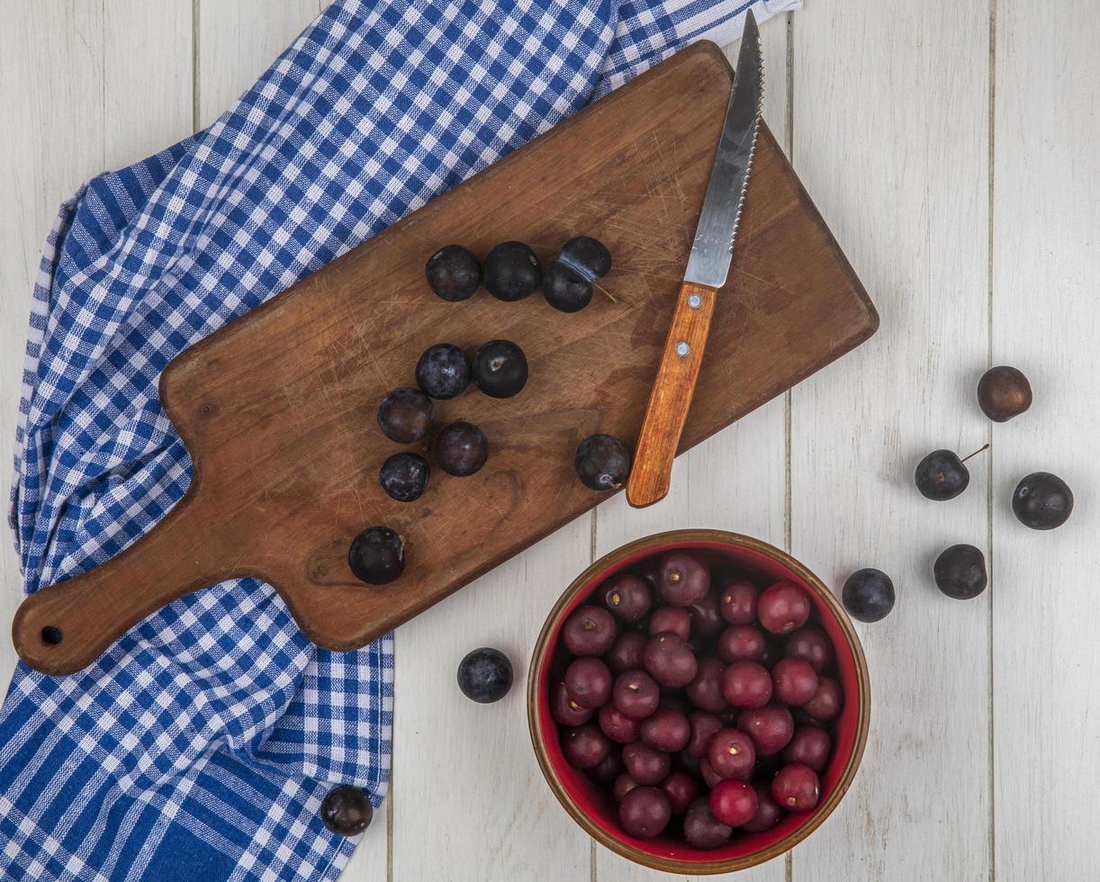 Fruits frais assortis sur une planche de cuisine en bois avec couteau photo