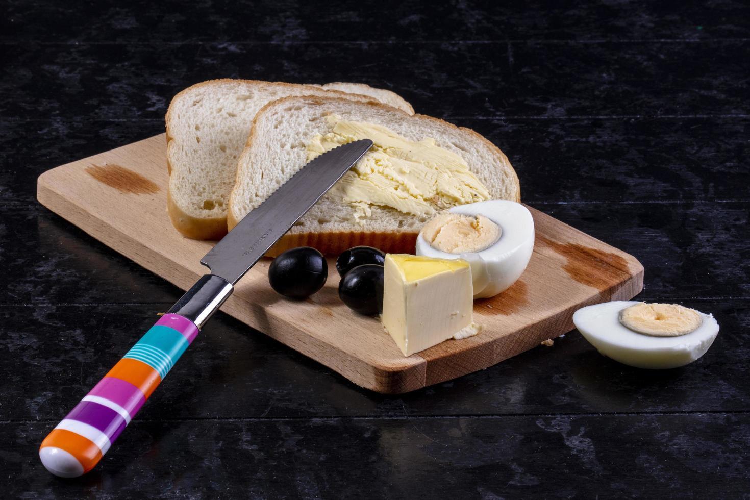 vue de face d'une planche à pain et fromage photo
