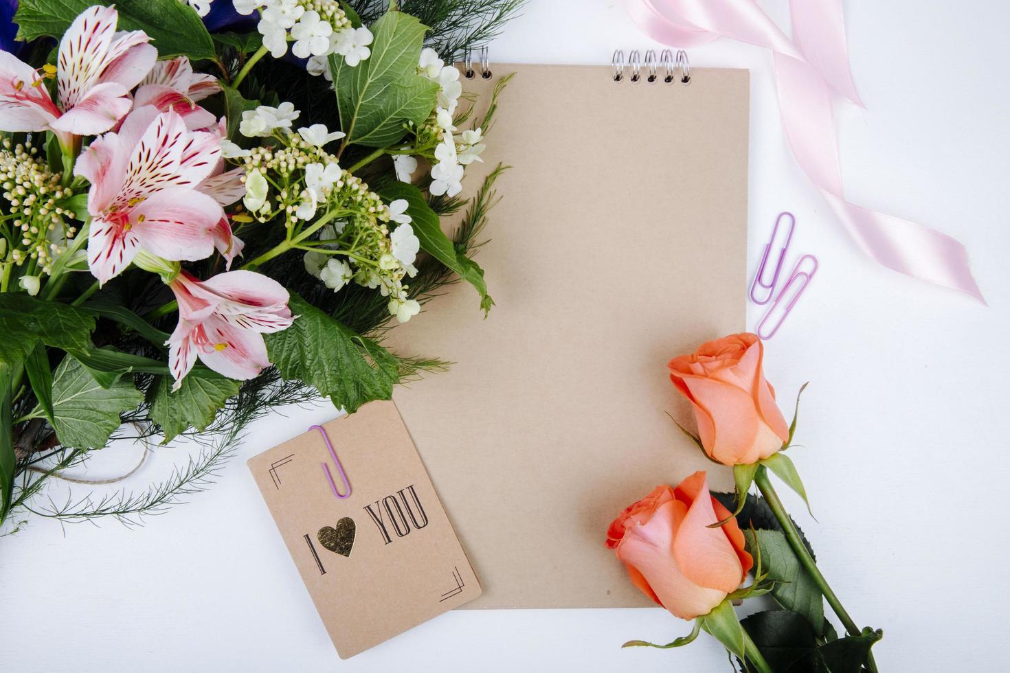 Vue de dessus d'un bouquet de fleurs d'alstroemeria de couleur rose photo