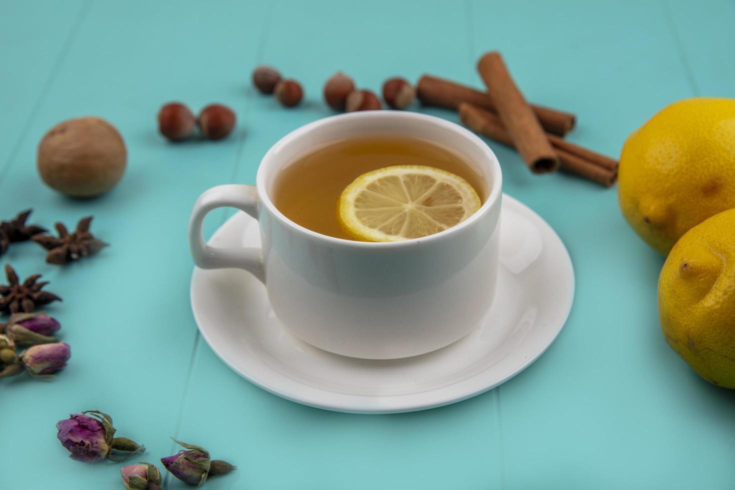 vue latérale d'une tasse de thé au citron photo