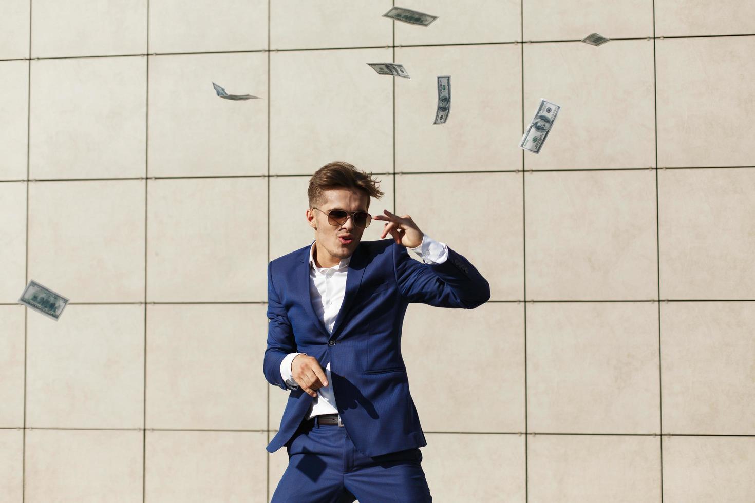 le gars danse avec des dollars photo