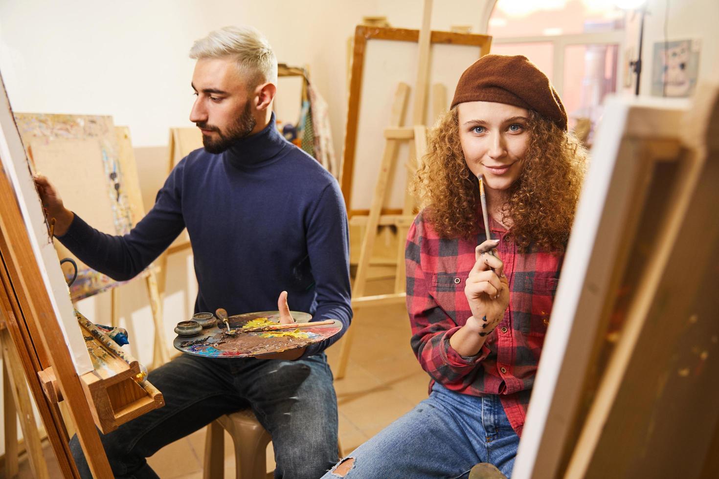 deux artistes en studio photo