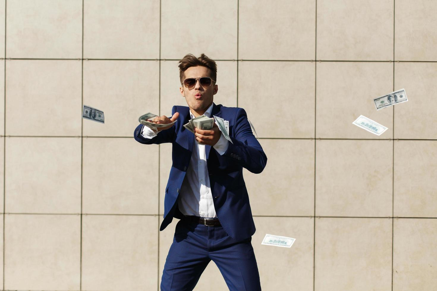 homme jetant de l & # 39; argent dans la rue photo