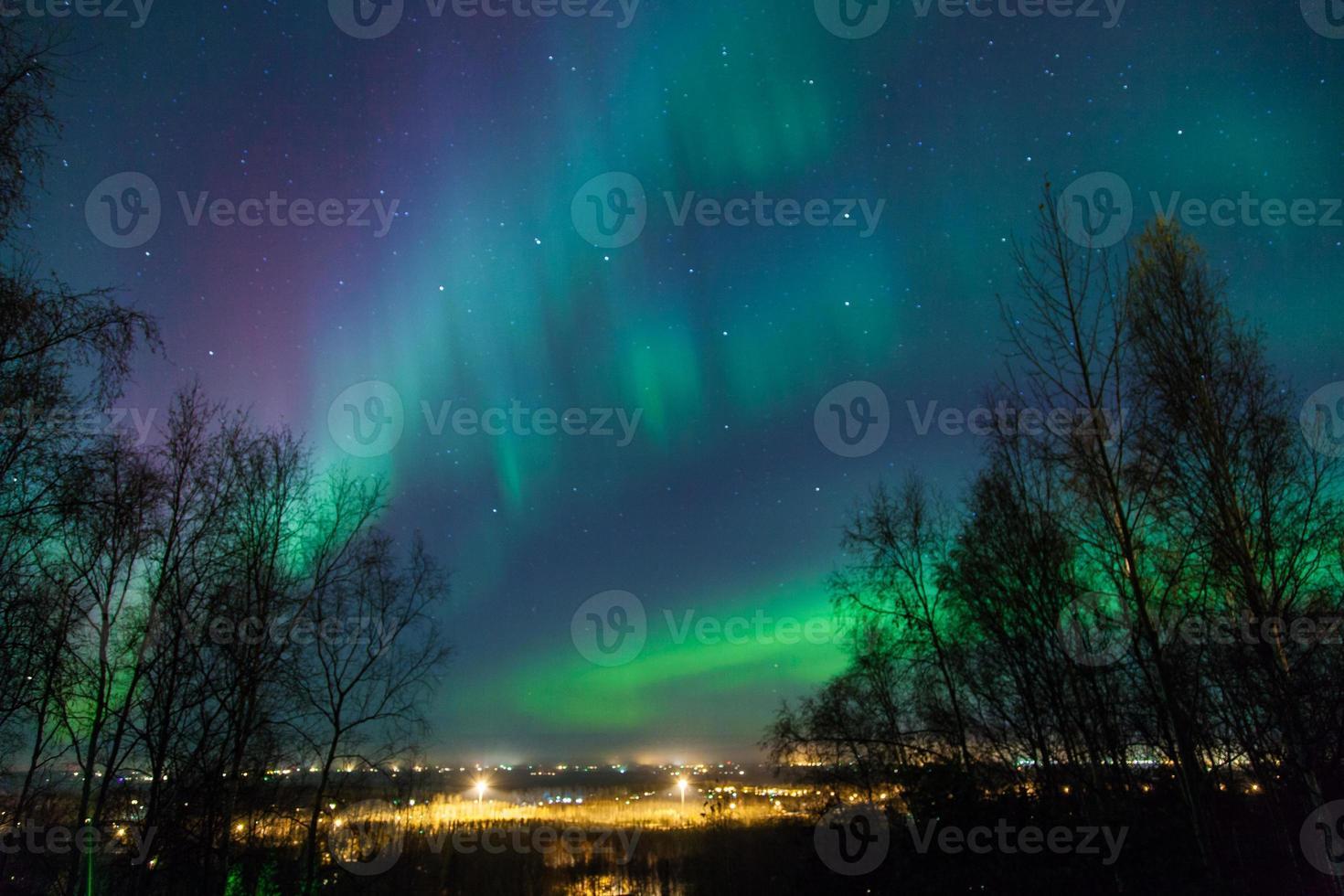 aurores boréales sur la ville photo