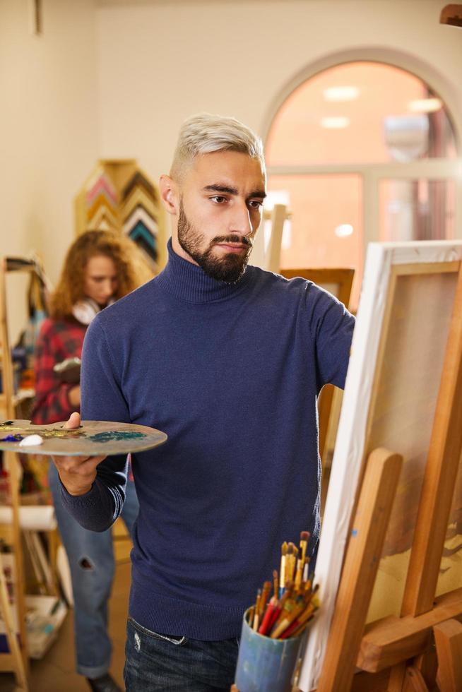 peinture homme dans un studio photo