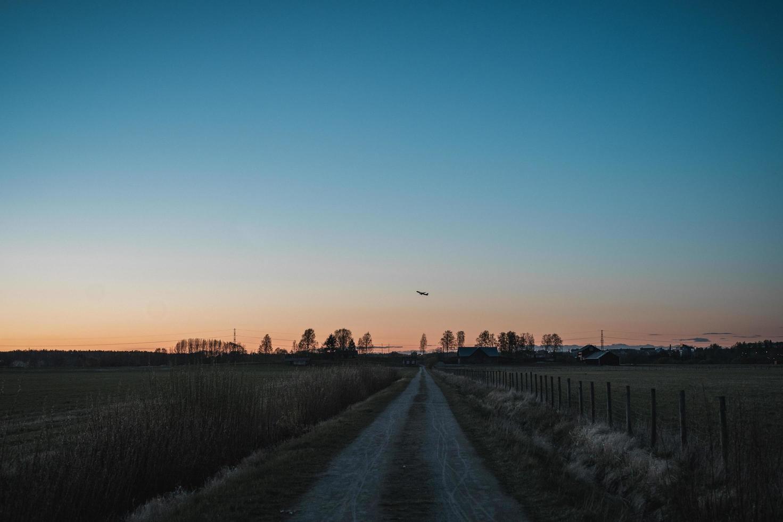 chemin de terre au coucher du soleil photo