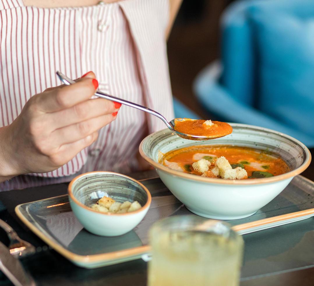 manger de la soupe avec de la chapelure dans l'assiette photo