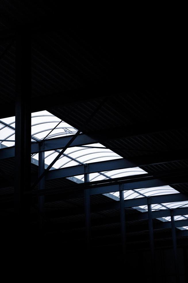 une rangée de lumières la nuit photo