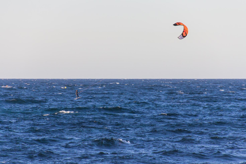 New South Wales, Australie, 2020 - personne parachute ascensionnel sur l'eau photo