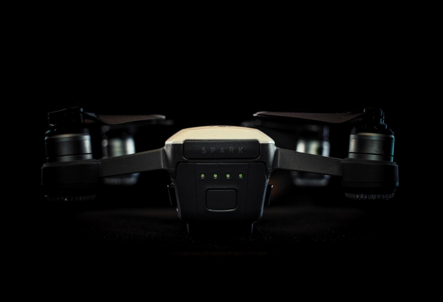 2020 - gros plan d'un drone à étincelles sur bacgkround noir photo