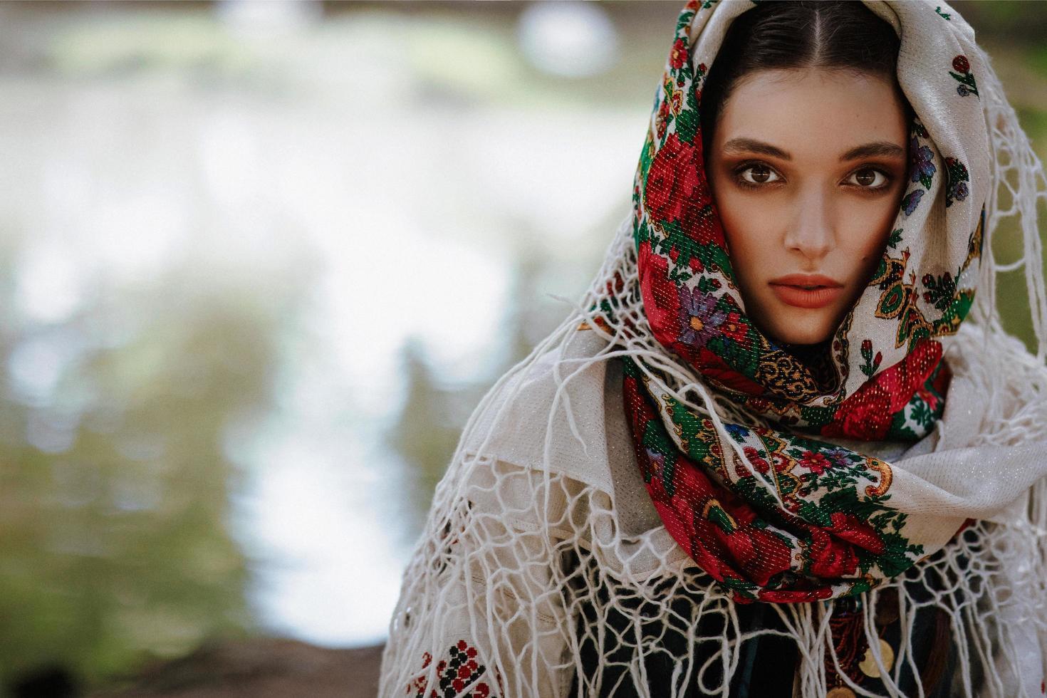 Portrait d'une jeune fille dans une robe ethnique traditionnelle photo