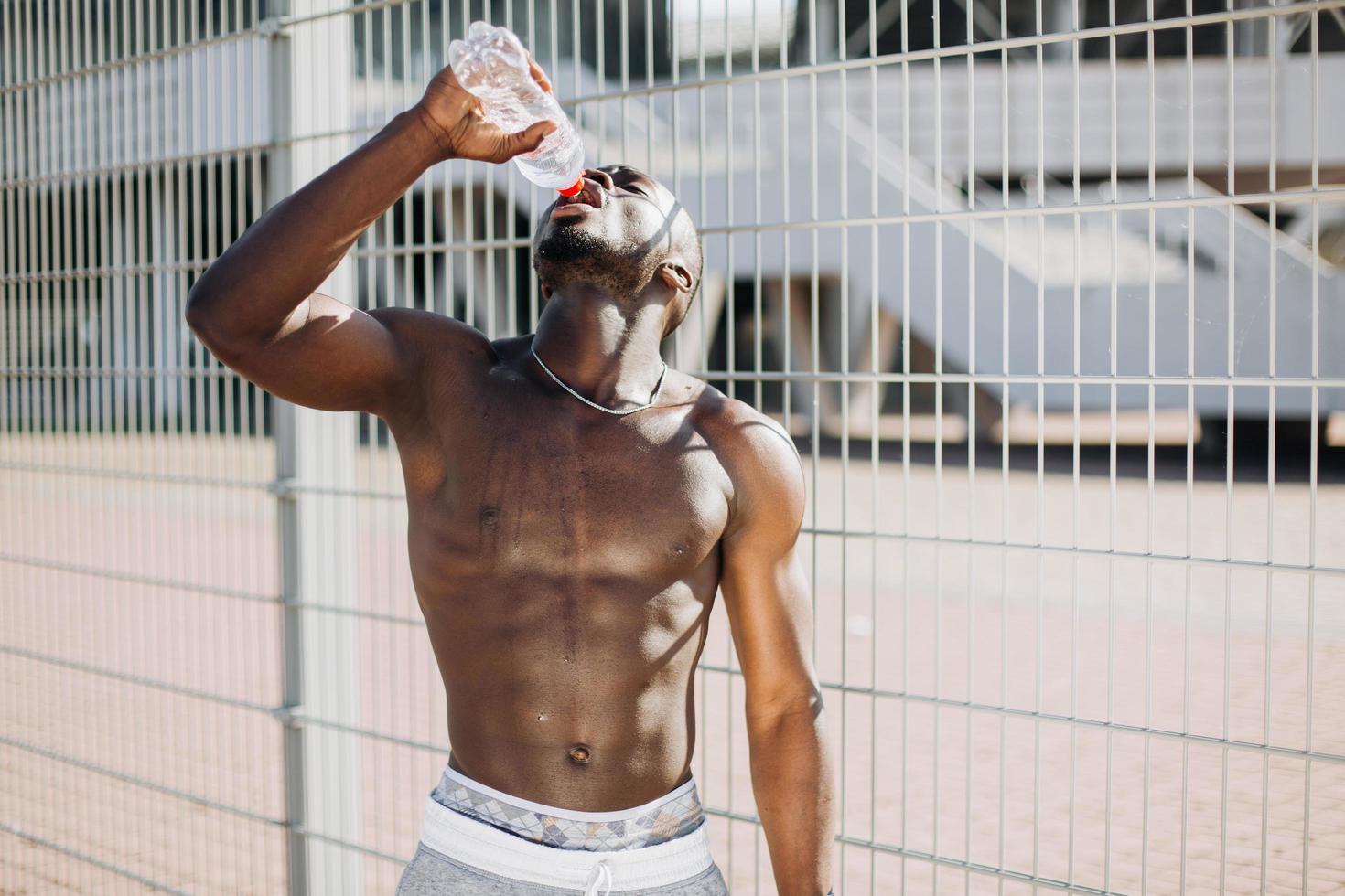 fit homme noir eau potable photo