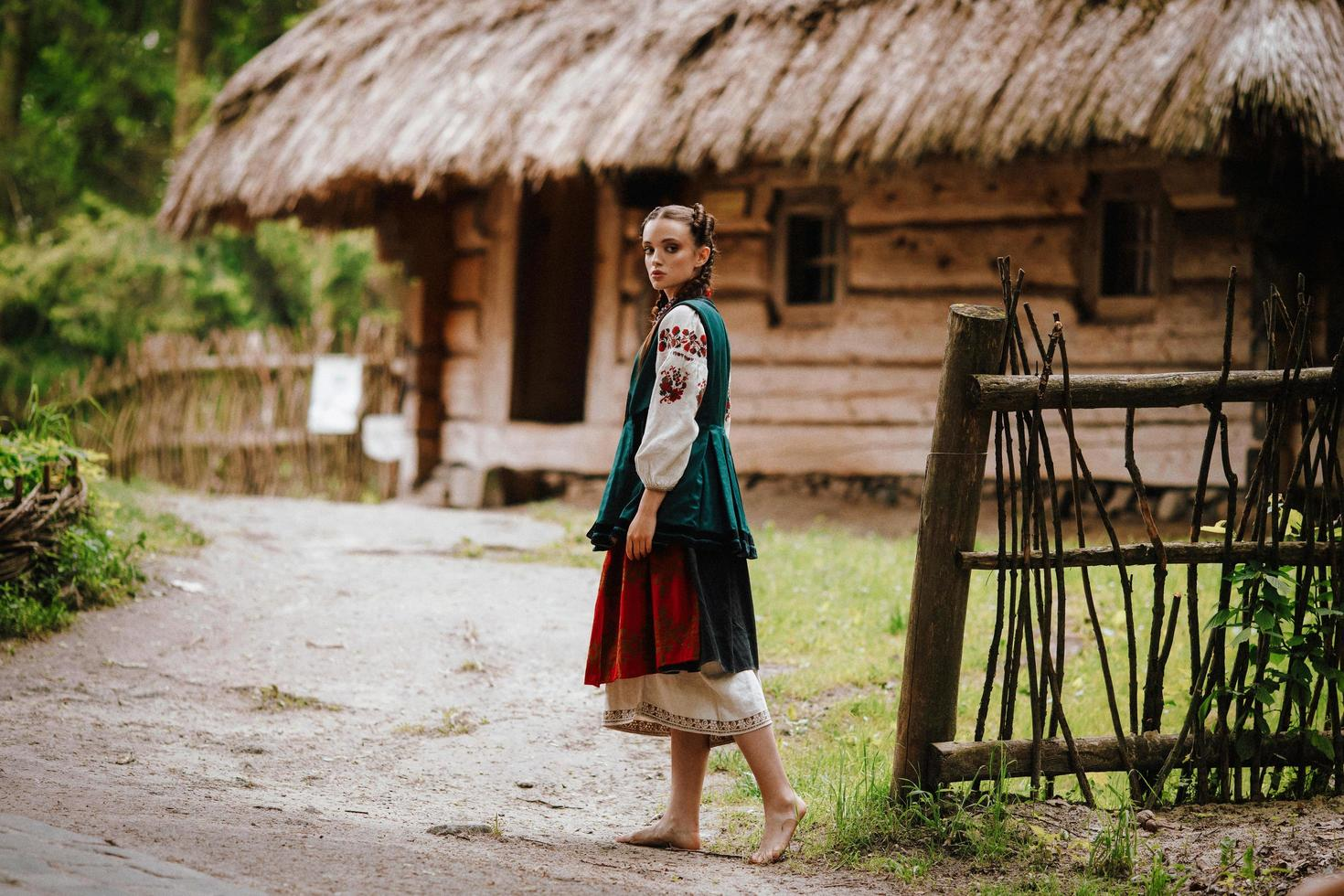 fille dans une robe brodée marchant dans la cour photo