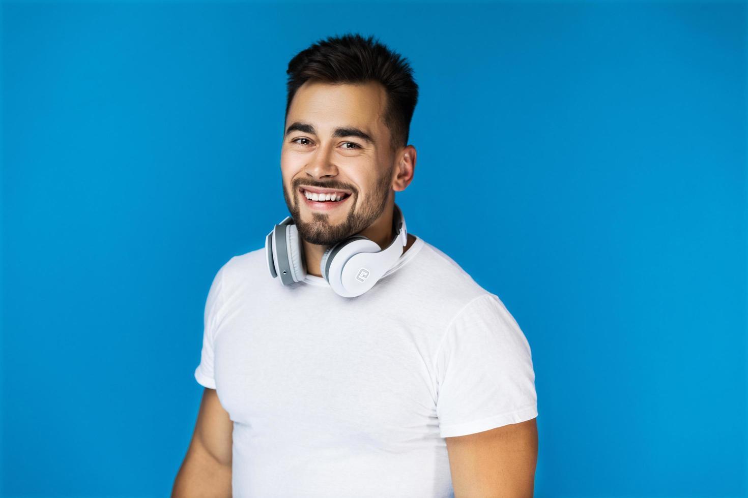 homme portant des écouteurs photo