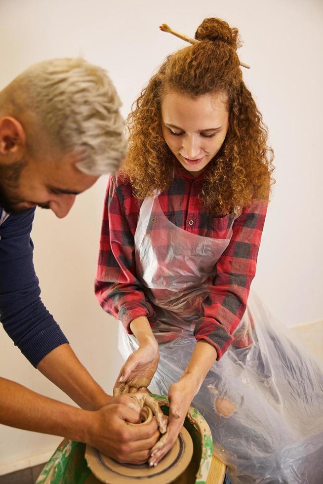 deux artistes façonnant la poterie photo
