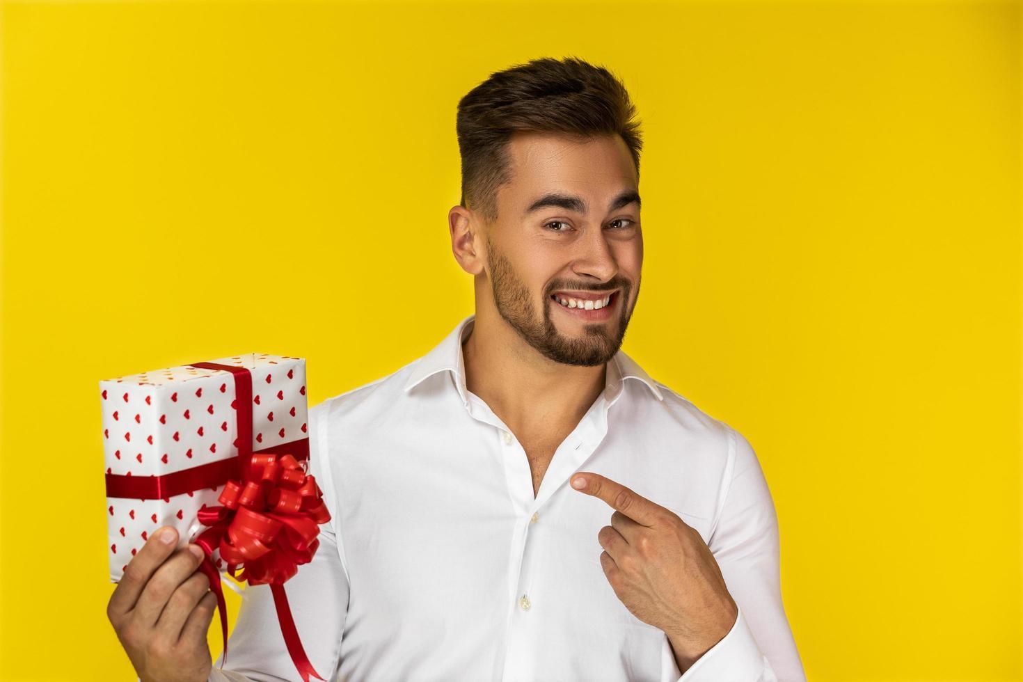 homme tenant un cadeau photo
