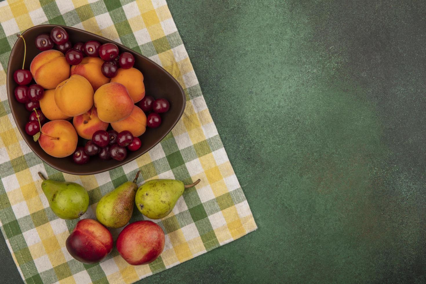 Assortiment de fruits sur fond d'automne stylisé avec espace copie photo