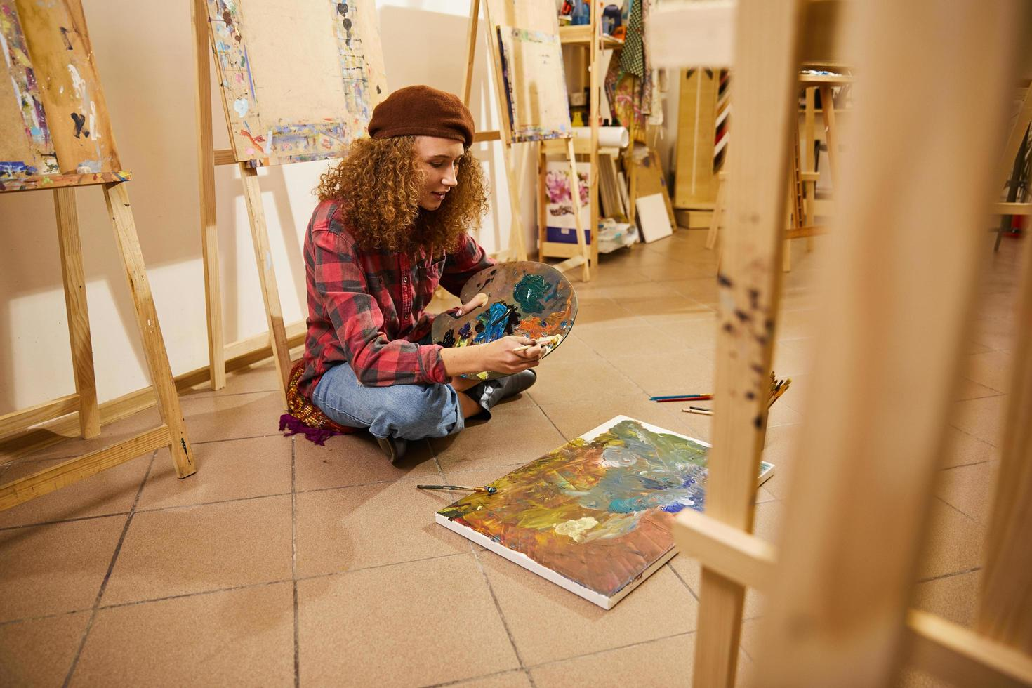 artiste peinture en studio photo
