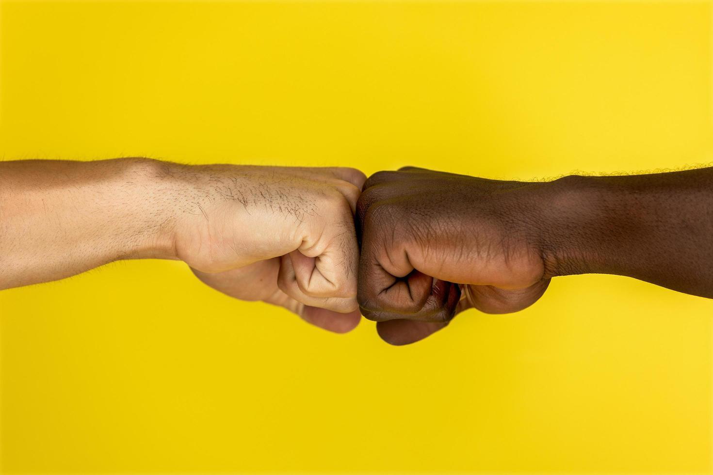 deux amis fist bumb photo
