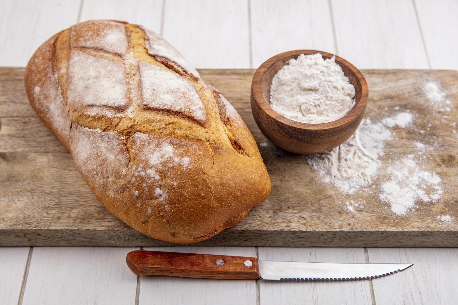 Miche de pain frais sur une planche à découper photo