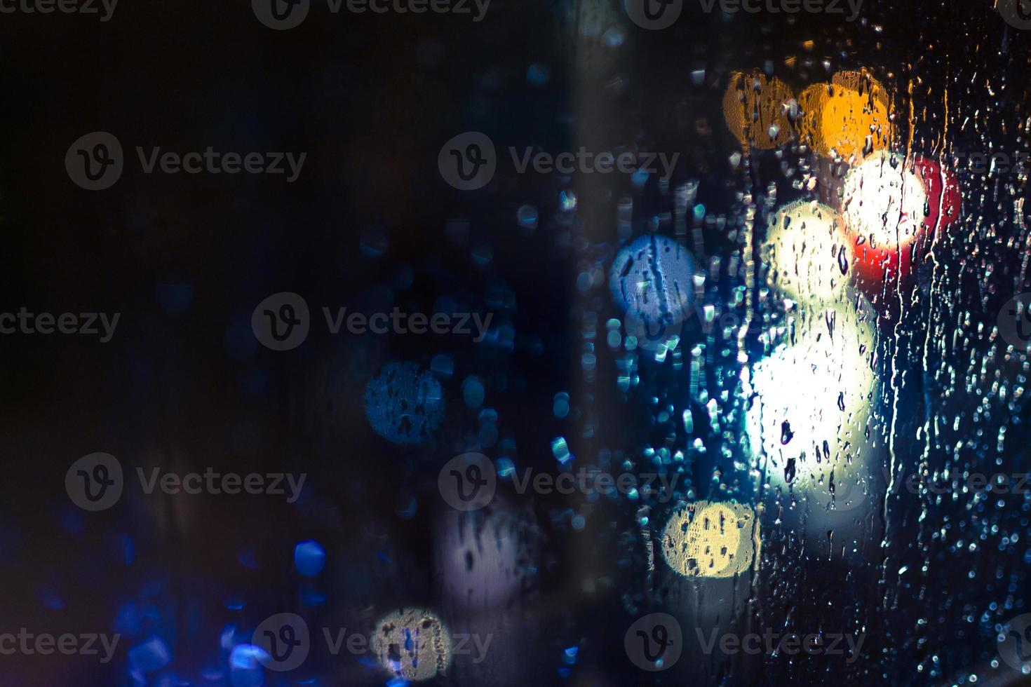 phares de voiture et lampadaires sous la pluie photo