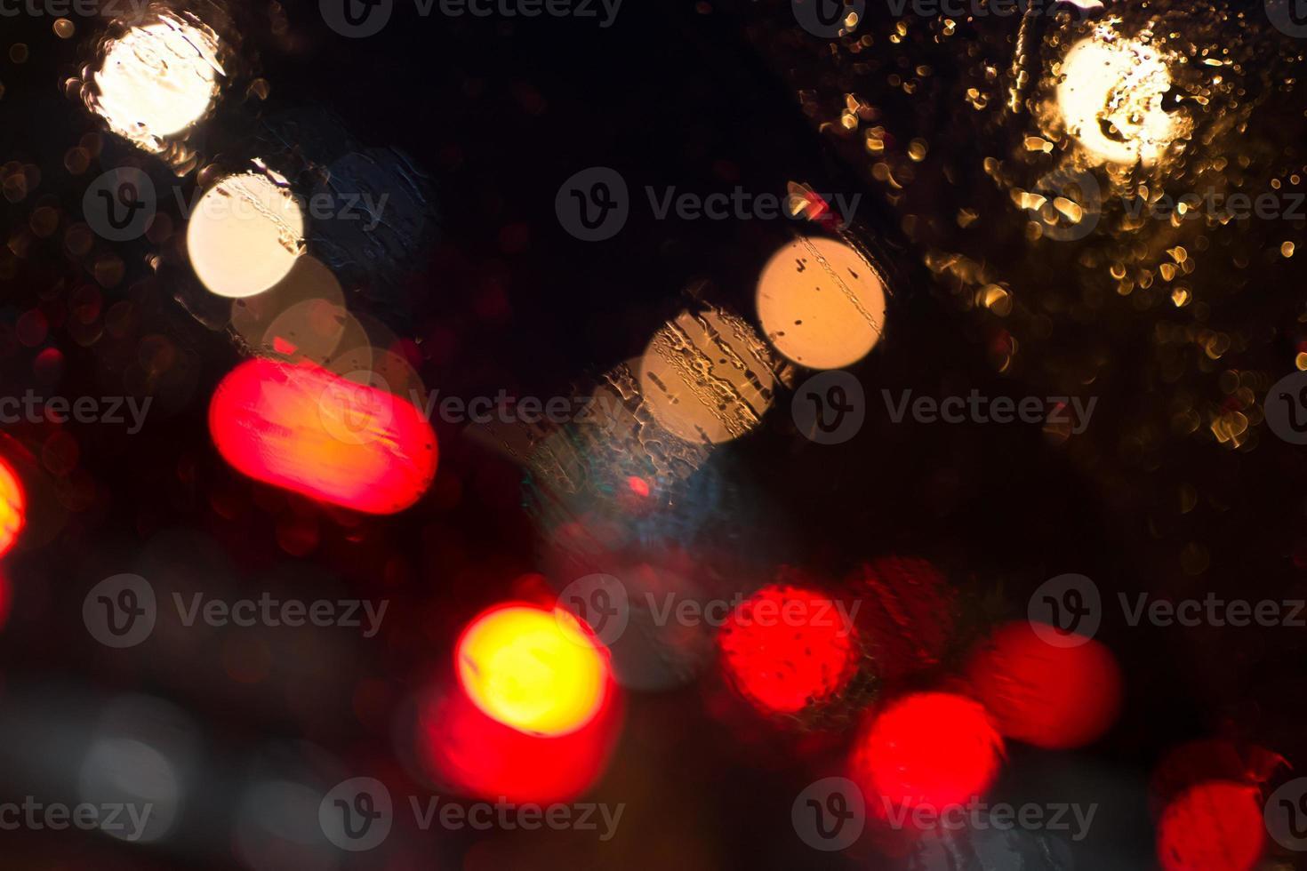 lumières de voiture sous la pluie photo