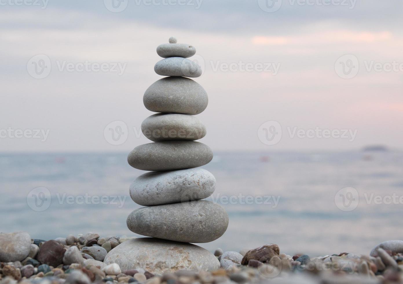 équilibre des pierres - pile de cailloux photo