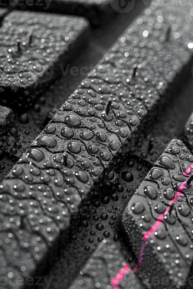 Gros plan de pneu de voiture avec des gouttes d'eau photo
