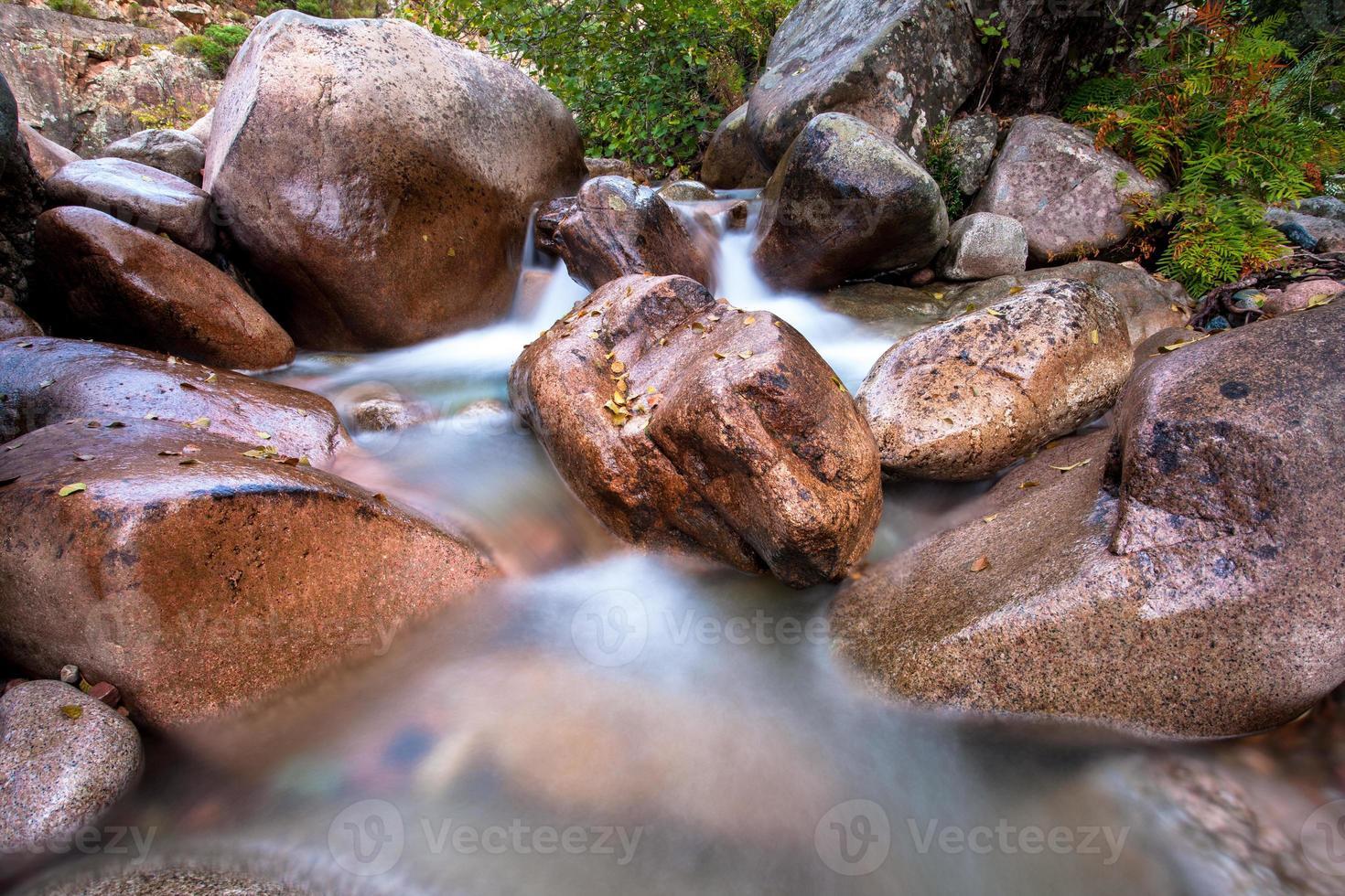 d'énormes rochers dans un ruisseau de montagne photo