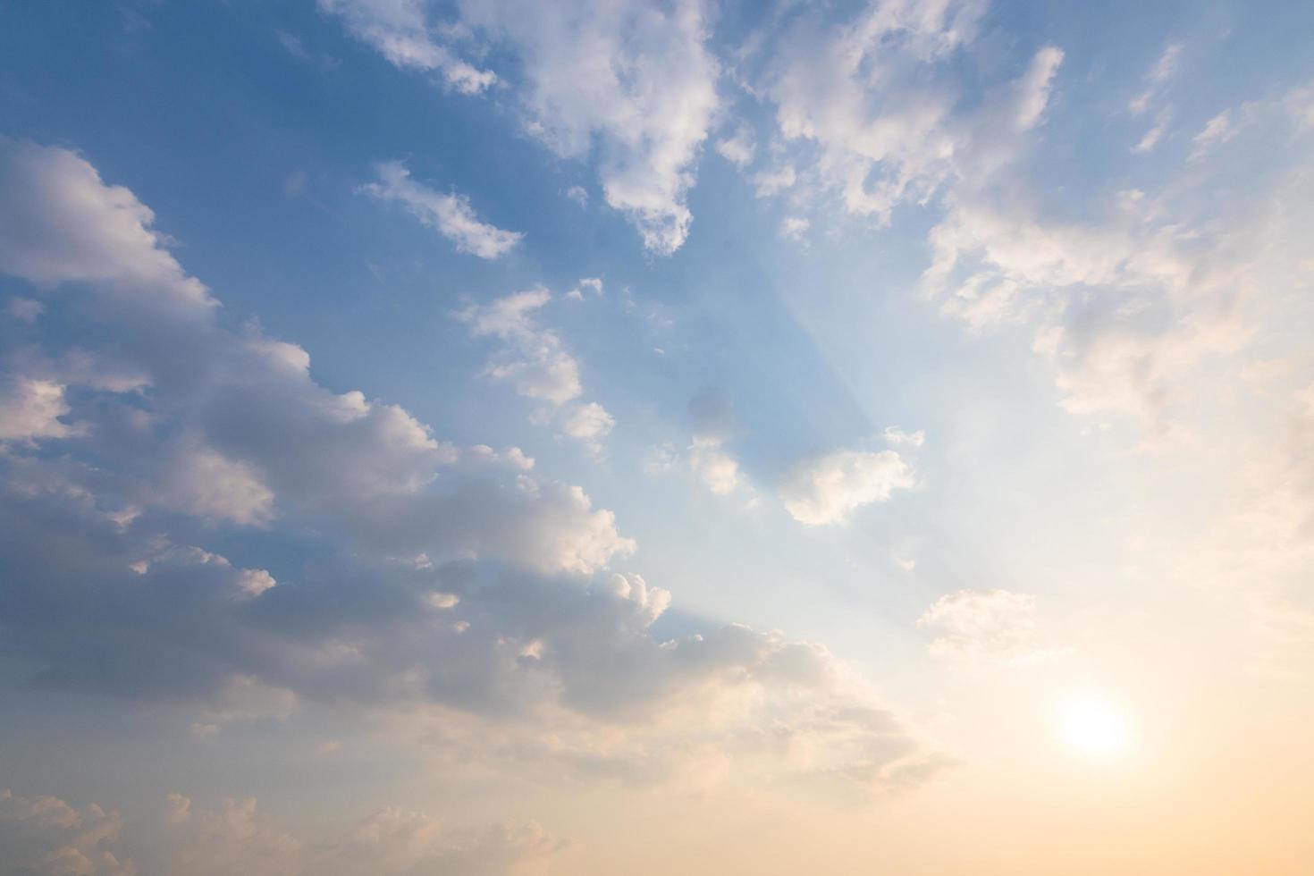 fond de ciel et nuages au coucher du soleil photo