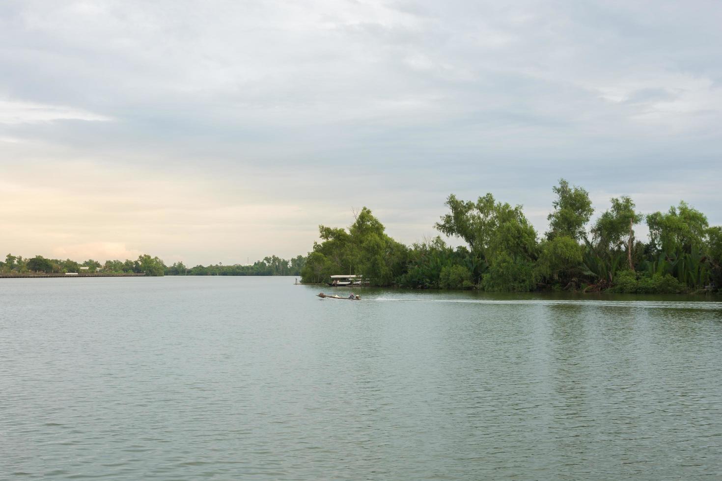 coucher de soleil à la rivière photo
