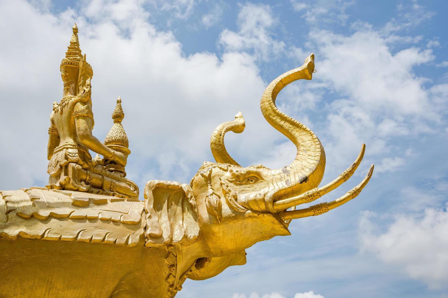 statue au temple d'or de wat paknam jolo photo