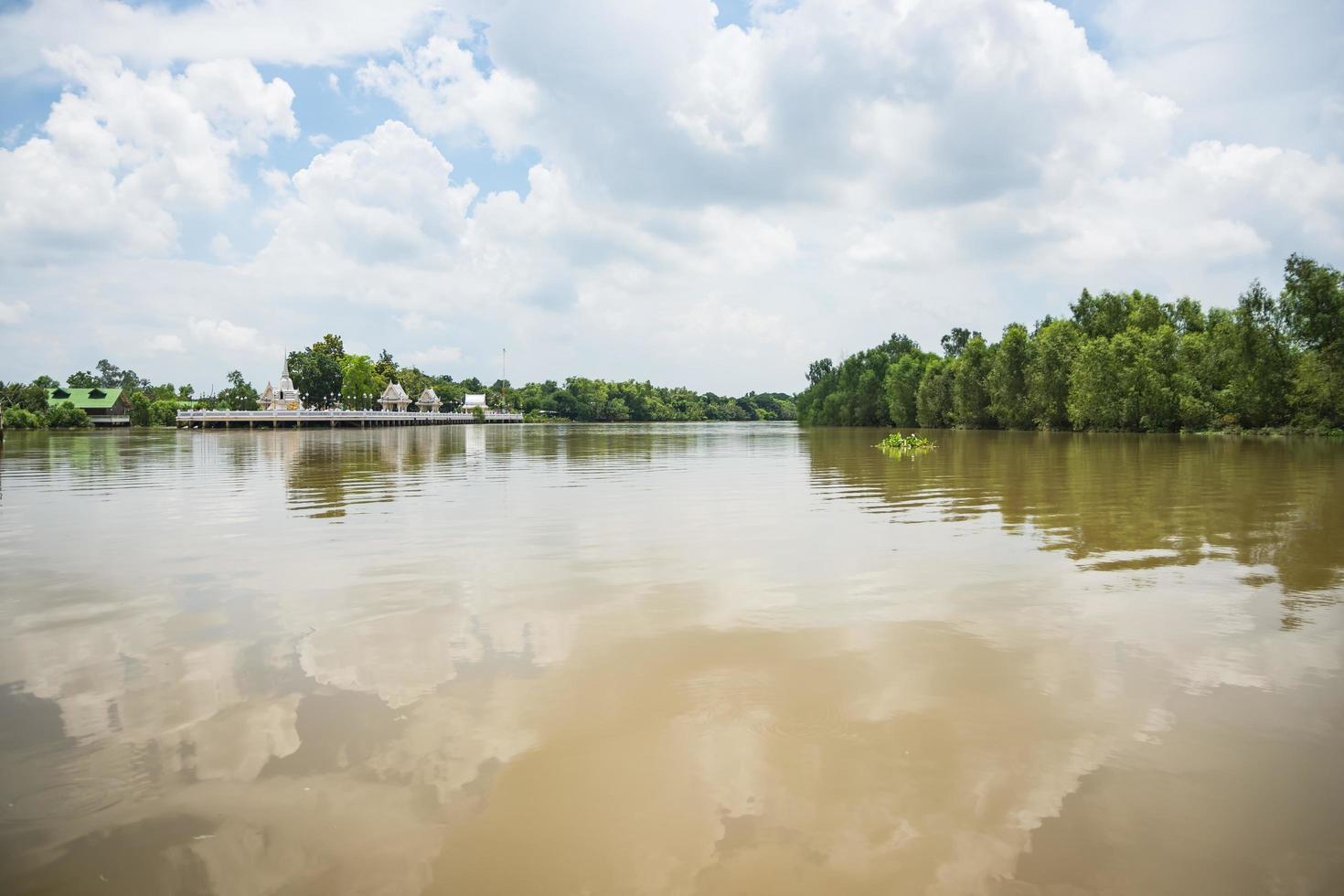 la rivière bang pakong en thaïlande photo
