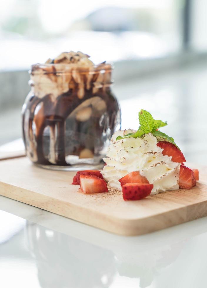glace au chocolat dans un pot photo