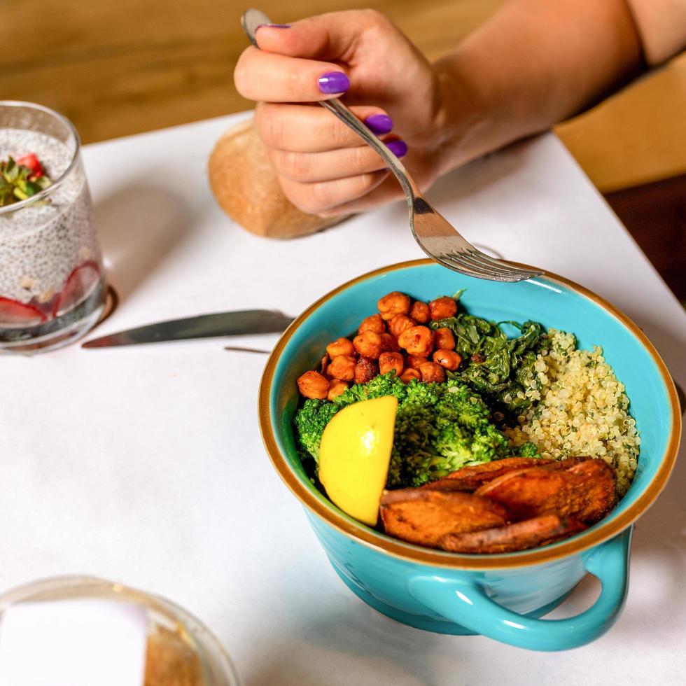 femme, manger, savoureux, poulet, salade, à, dessert photo