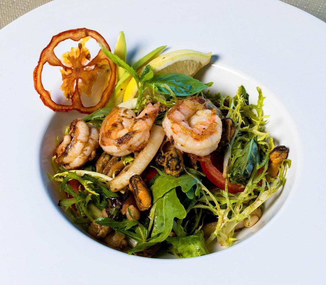 crevettes langoustines, salade de légumes bouchent photo