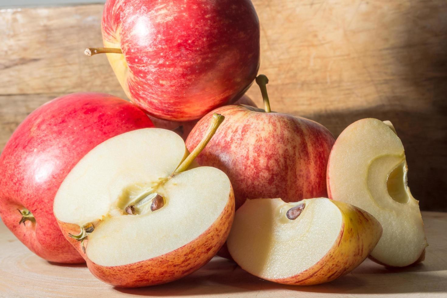 pommes sur un plancher en bois photo