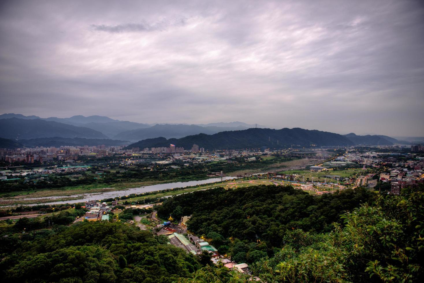 Vue aérienne d'une route dans une ville sous les nuages gris photo