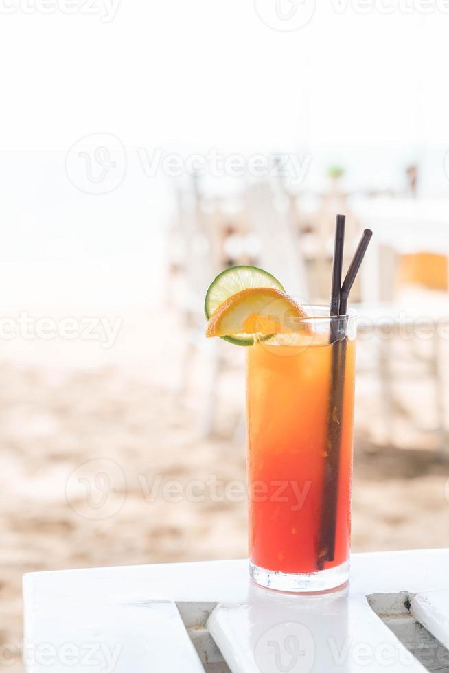 verre à cocktail de fruits avec vue sur la mer photo