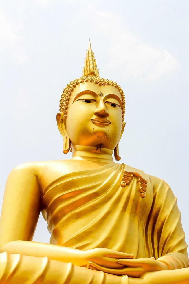 statue de Bouddha et fond de ciel bleu photo