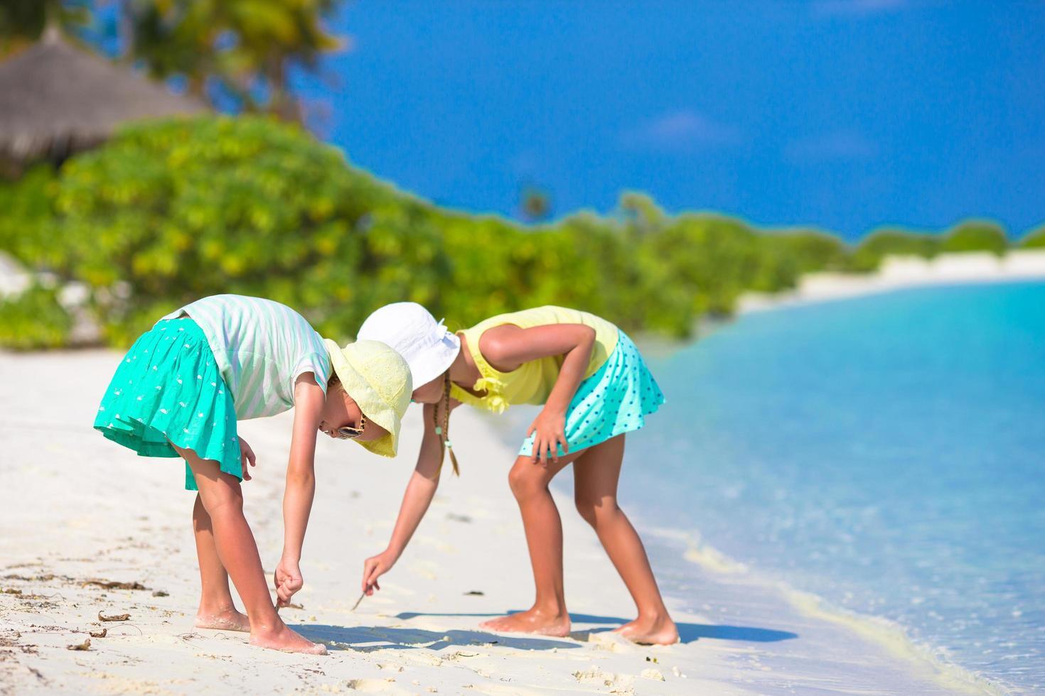 deux filles jouant dans le sable photo