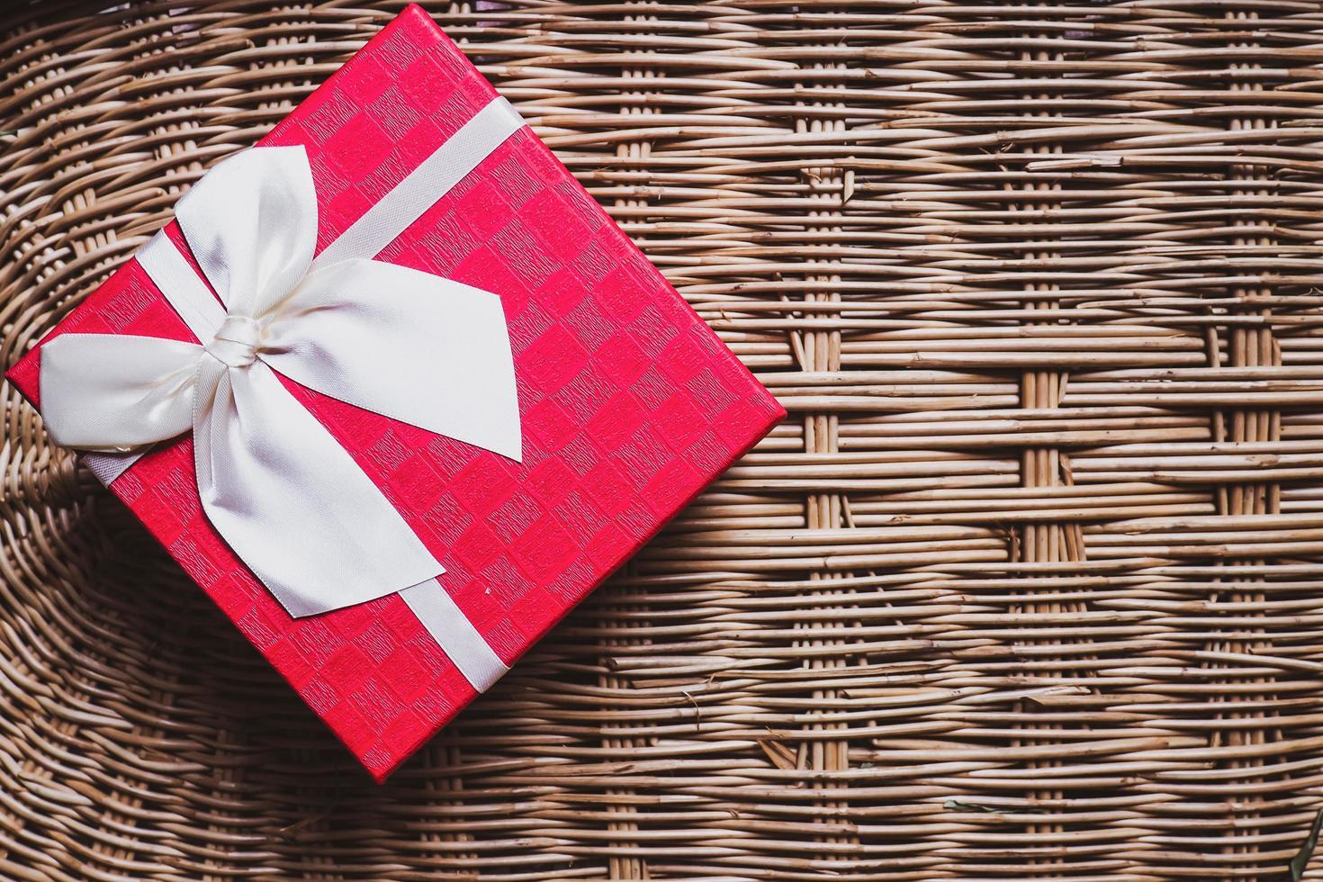 boîte cadeau rouge avec ruban blanc photo