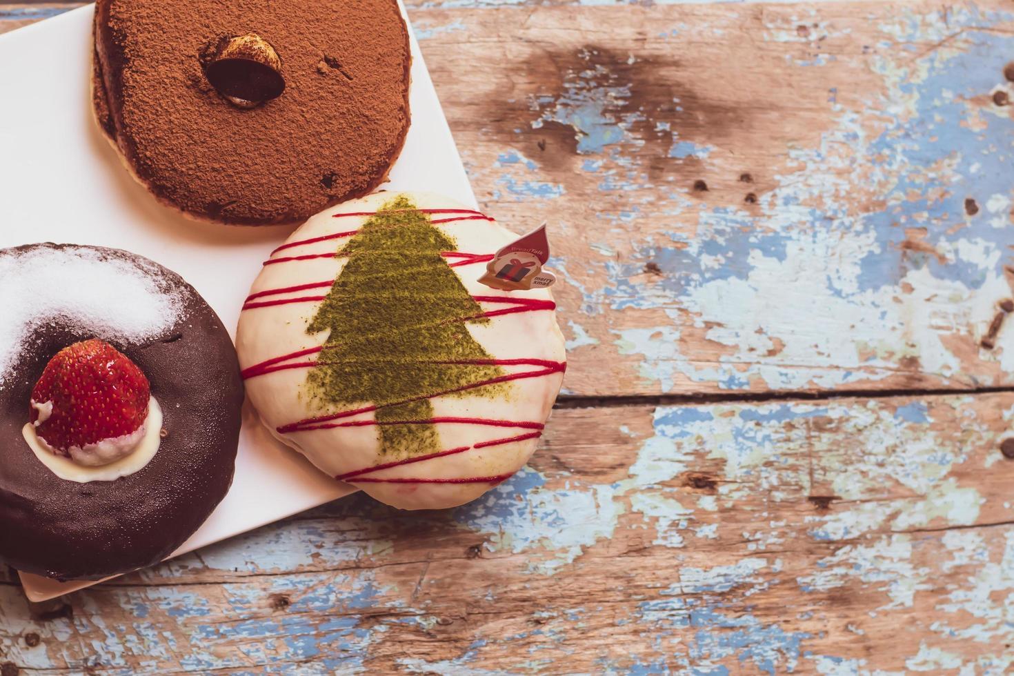 beignets de vacances sur table en bois photo