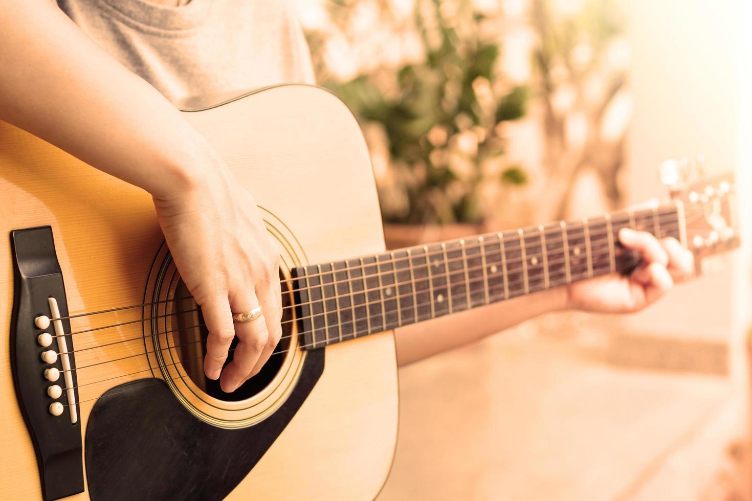 gros plan, de, personne, jouer guitare acoustique photo