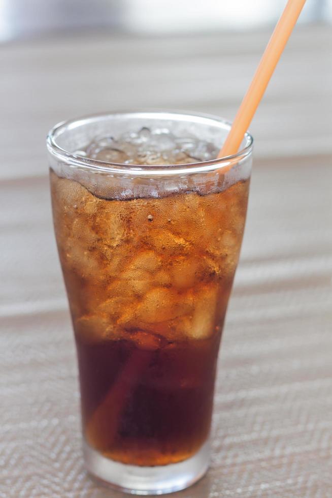 verre de cola sur une table photo