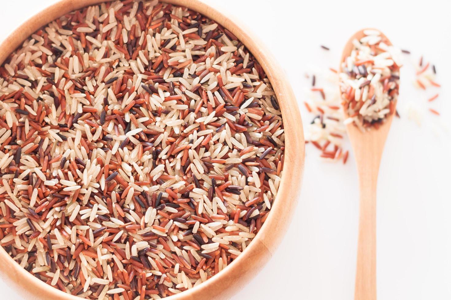 riz dans un bol en bois photo