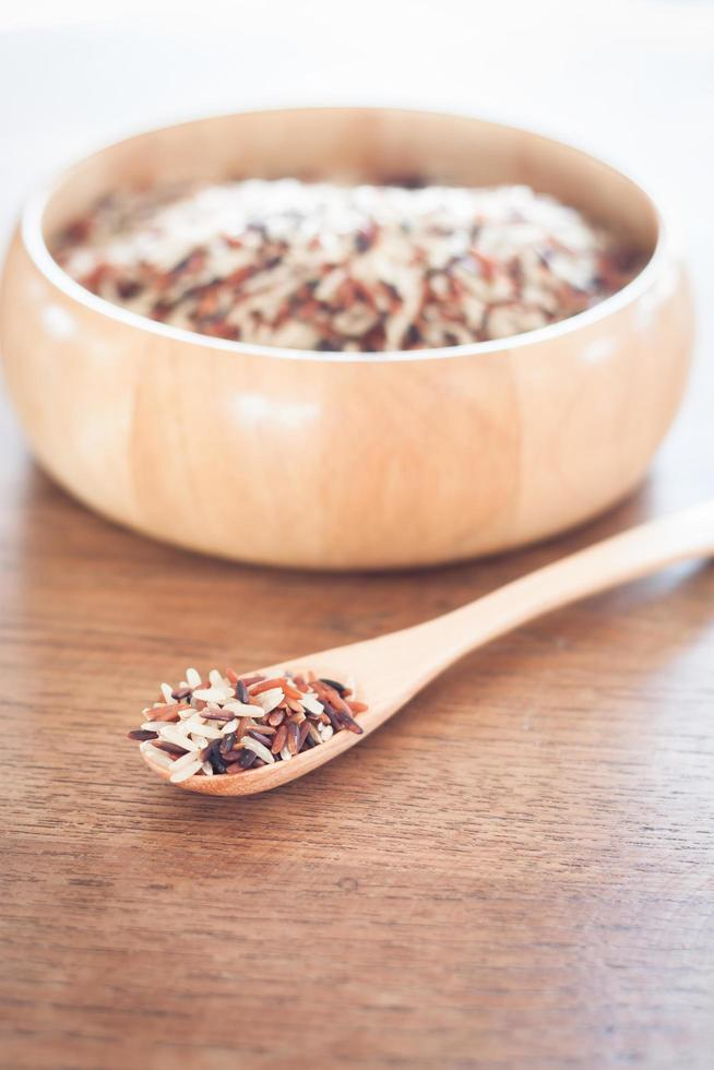 riz biologique dans un bol en bois photo