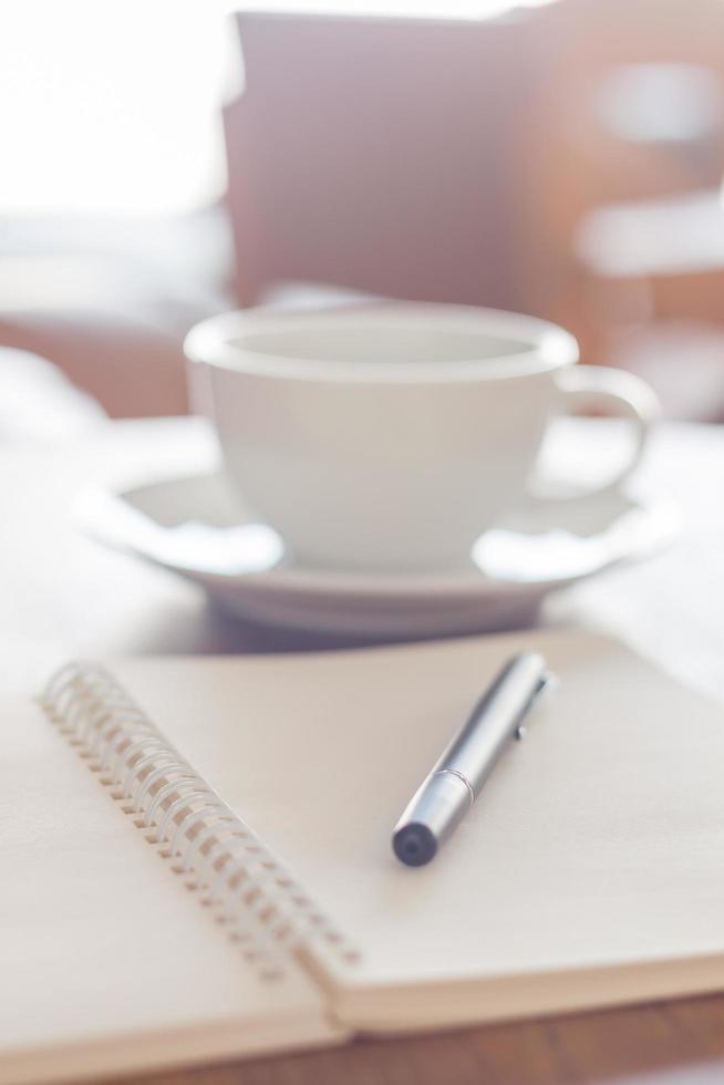 cahier avec un stylo et un café photo