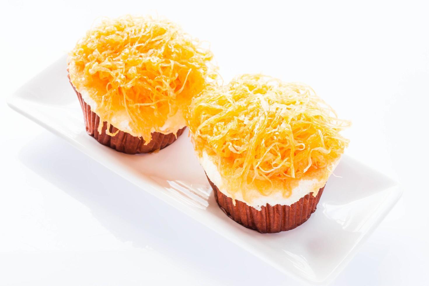 deux cupcakes sur une assiette photo